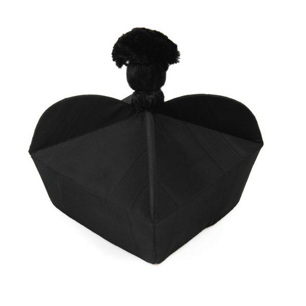 gammarelli-sartoria-ecclesiastici-abbigliamento-copricapi-berretta-fiocco-dottorale