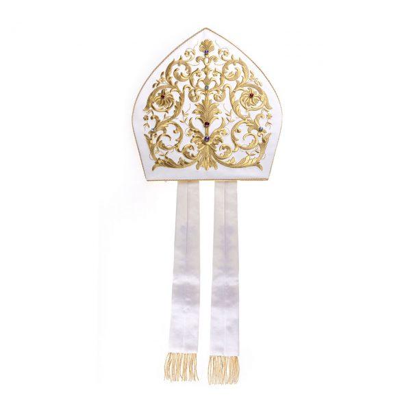 gammarelli-sartoria-mitria-artigianale-ricamata-macchina-pietre-ecclesiastici-accessori-vescovili-cappelli