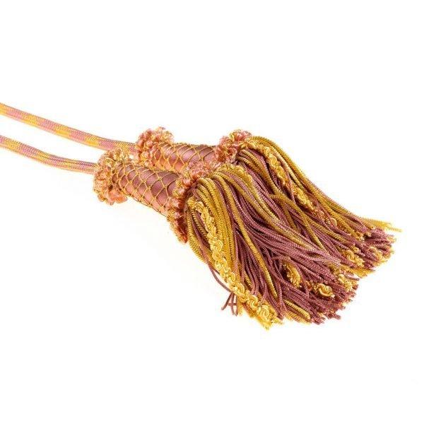 gammarelli-sartoria-ecclesiastica-abbigliamento-cingolo-romano-fiocco-ricco-paramenti-sacri